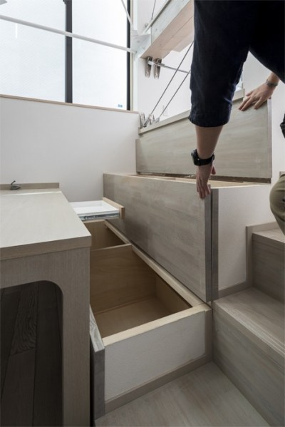 ベンチ下の収納 (6坪のオアシス〜明るく 機能的で 美しい 超狭小住宅!〜)