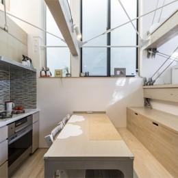 6坪のオアシス〜明るく 機能的で 美しい 超狭小住宅!〜 (ダイニング・キッチンの造作家具)