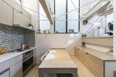 ダイニング・キッチンの造作家具 (6坪のオアシス〜明るく 機能的で 美しい 超狭小住宅!〜)