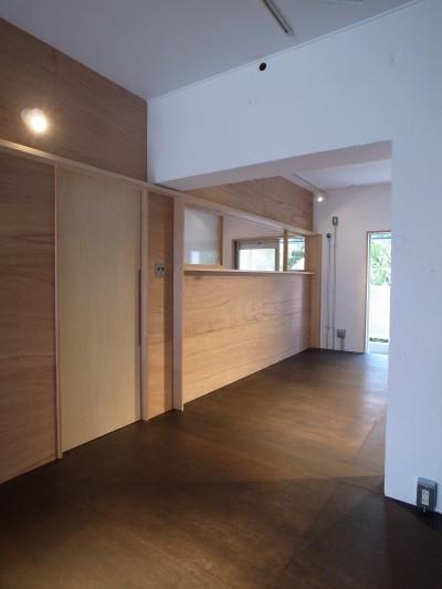 恵比寿西マンションリノベーション (ダイニングキッチンからリビング・ワークルームを見る)