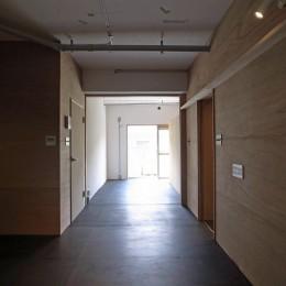 恵比寿西マンションリノベーション (ダイニングから寝室を見る)