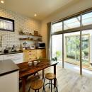 庭を眺めるアトリエ付きの家の写真 明るく爽やかなキッチン