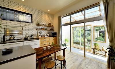 庭を眺めるアトリエ付きの家 (明るく爽やかなキッチン)
