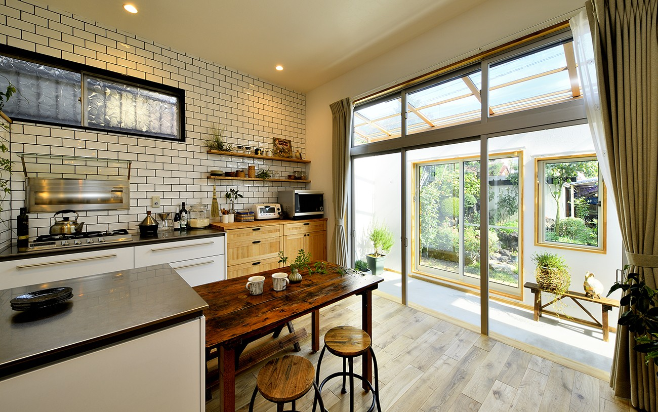 キッチン事例:明るく爽やかなキッチン(庭を眺めるアトリエ付きの家)