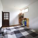 庭を眺めるアトリエ付きの家の写真 すっきりシンプルな寝室