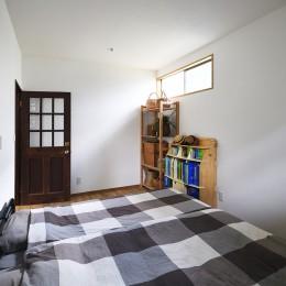 庭を眺めるアトリエ付きの家 (すっきりシンプルな寝室)