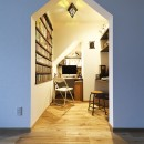 庭を眺めるアトリエ付きの家の写真 デザイン性の高い書斎