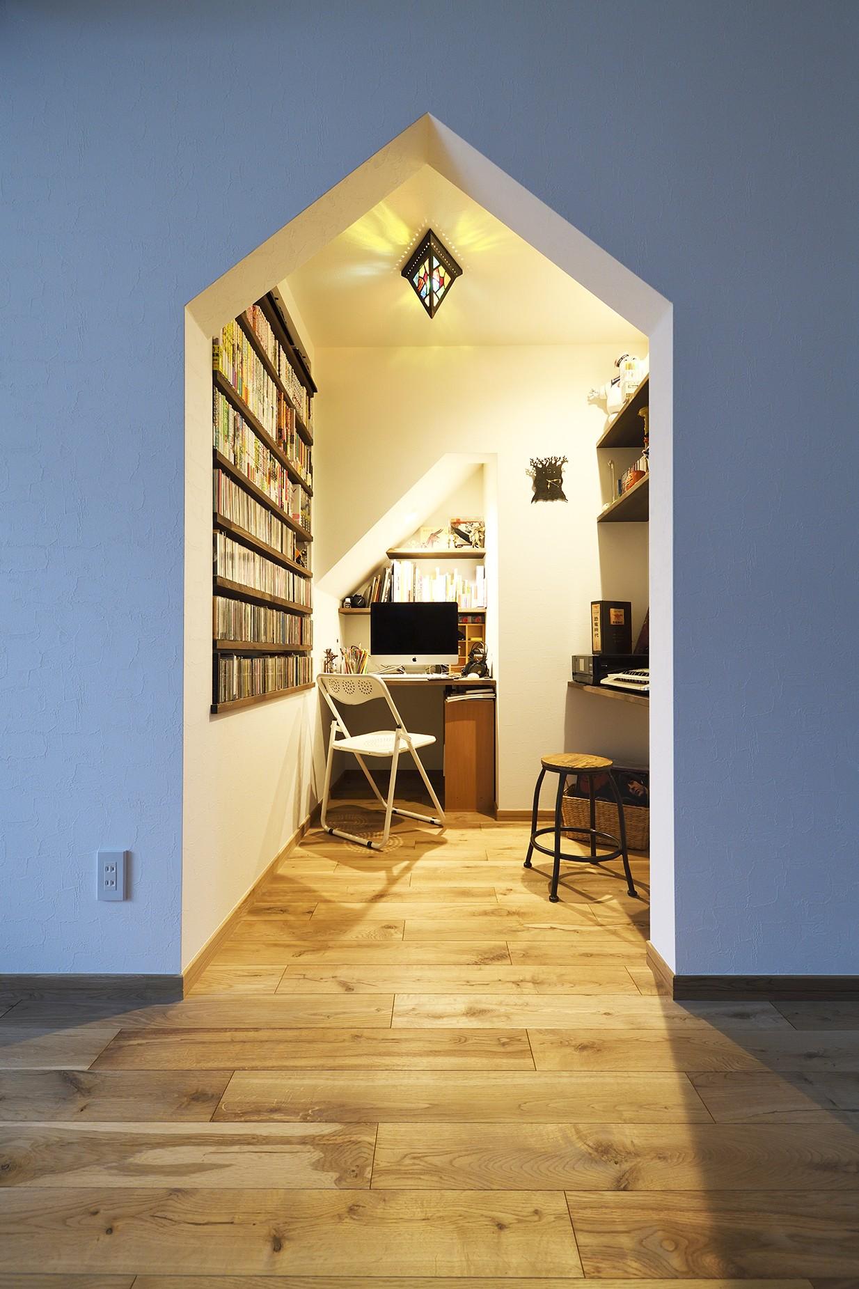 書斎事例:デザイン性の高い書斎(庭を眺めるアトリエ付きの家)