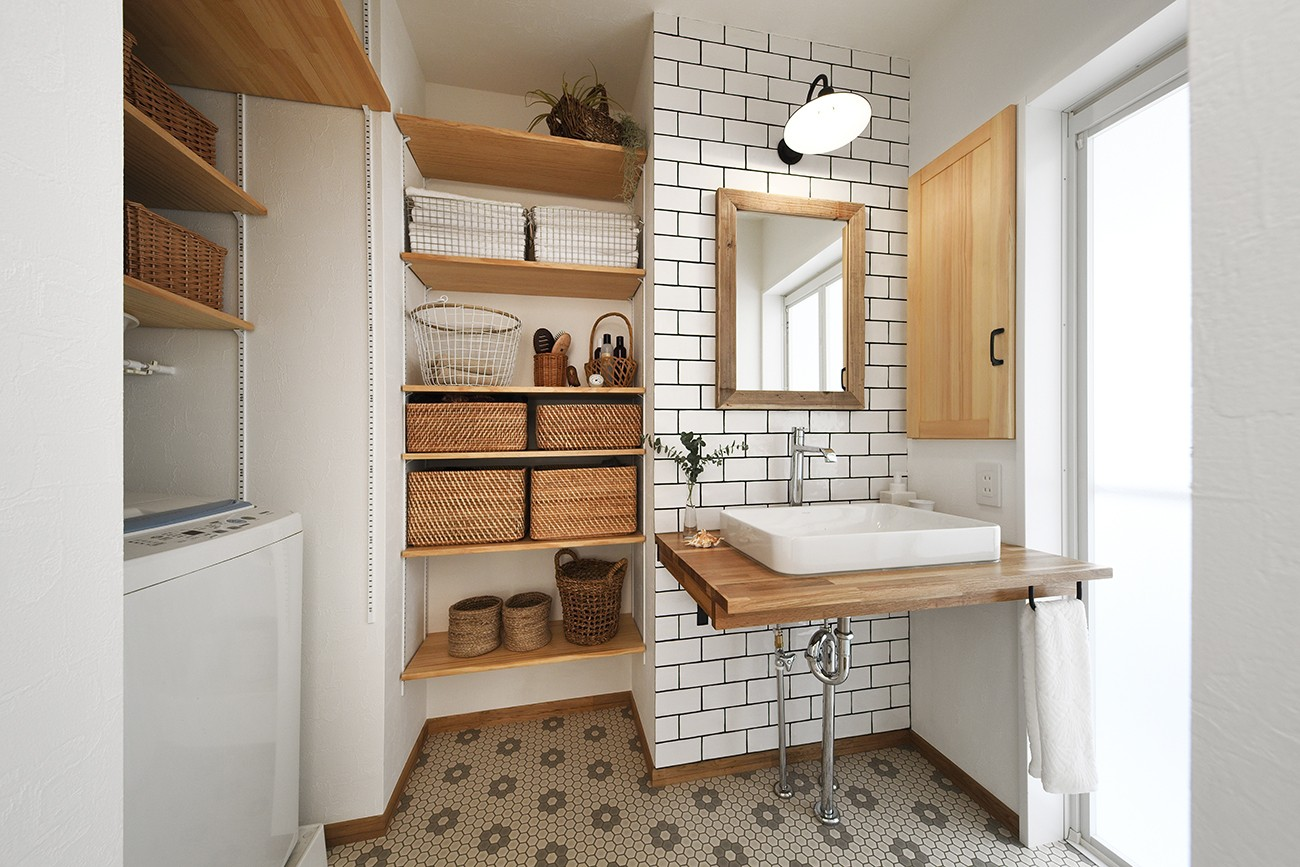バス/トイレ事例:ナチュラルテイストの洗面室(庭を眺めるアトリエ付きの家)