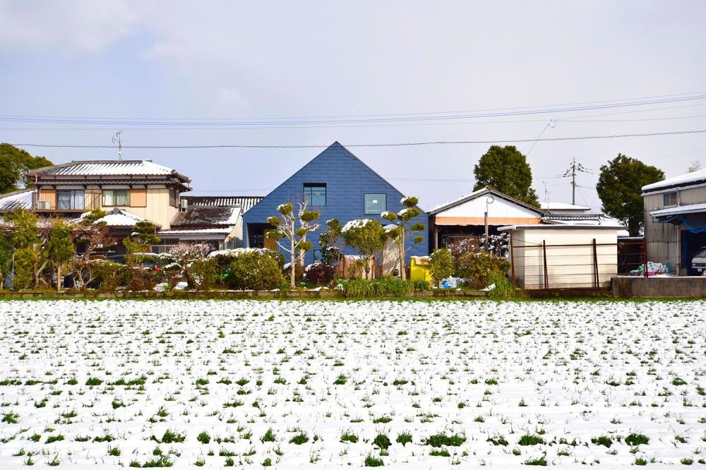 藍いろの家~横葺きのガルバリウム外壁が特徴の家型のおうち。家型フォルムの中の通り土間は家族のお気に入り~ (雪景色の中の藍いろの家~四季を通じて風景に馴染む)