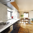 じっくり こっくり 味わい深くの写真 リビングの家具になじむ色をセレクトしたキッチン