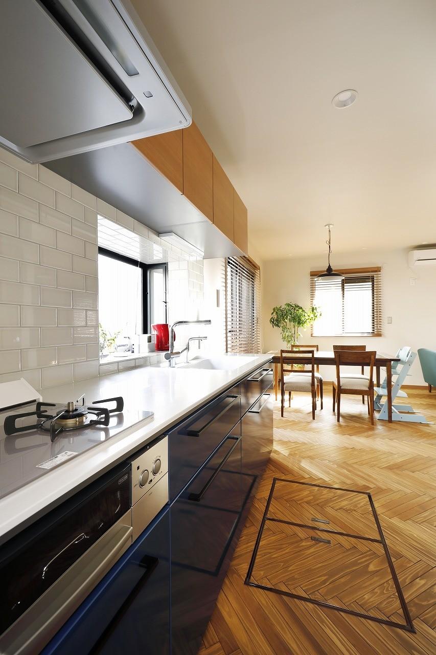キッチン事例:リビングの家具になじむ色をセレクトしたキッチン(じっくり こっくり 味わい深く)