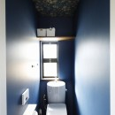 じっくり こっくり 味わい深くの写真 ボタニカル×ネイビーの壁のトイレ