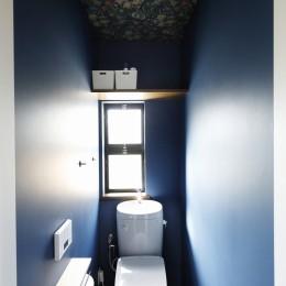 じっくり こっくり 味わい深く (ボタニカル×ネイビーの壁のトイレ)