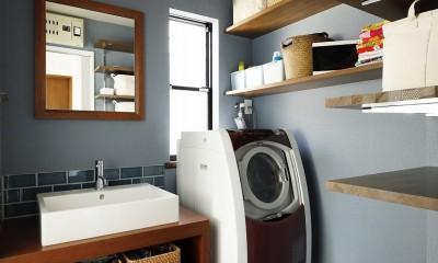 ブルーのクロスにさりげないアクセントタイルを施した造作洗面台|じっくり こっくり 味わい深く