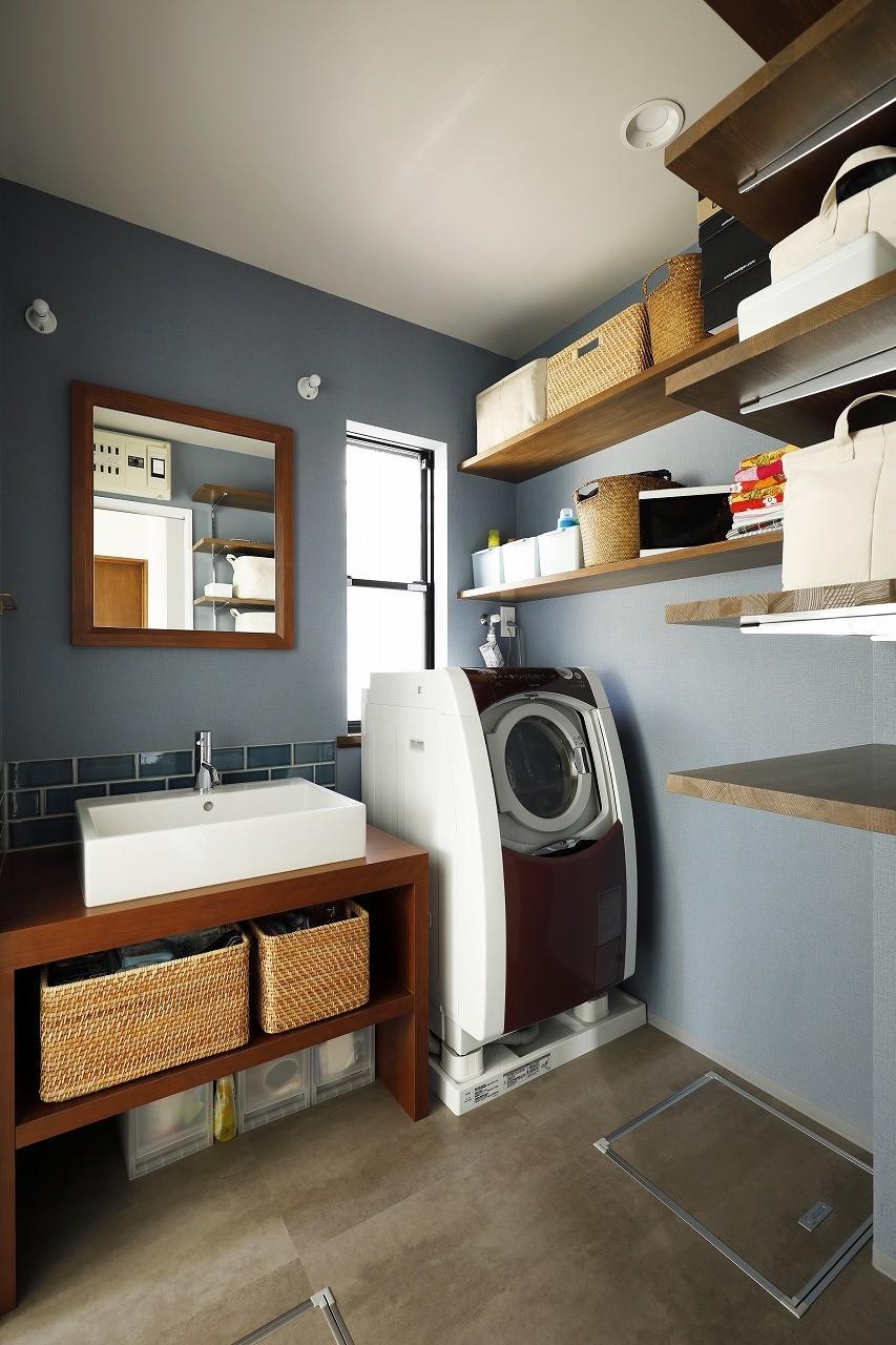 バス/トイレ事例:ブルーのクロスにさりげないアクセントタイルを施した造作洗面台(じっくり こっくり 味わい深く)