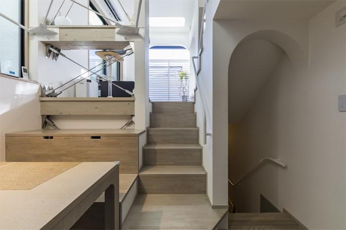 リビングダイニング事例:スキップフロアの動線(6坪のオアシス〜明るく 機能的で 美しい 超狭小住宅!〜)