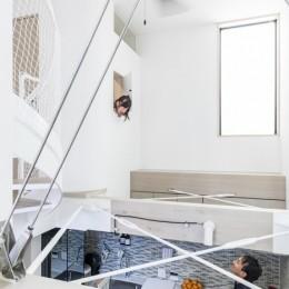 6坪のオアシス〜明るく 機能的で 美しい 超狭小住宅!〜 (吹抜のハイサイドライトと室内小窓)