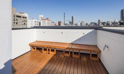 眺めがよい屋上の可動式ベンチ|6坪のオアシス〜明るく 機能的で 美しい 超狭小住宅!〜