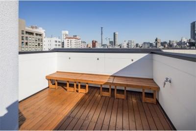 眺めがよい屋上の可動式ベンチ (6坪のオアシス〜明るく 機能的で 美しい 超狭小住宅!〜)