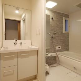 M様邸_こだわりキッチンのシンプル空間 (バスルーム)