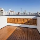6坪のオアシス〜明るく 機能的で 美しい 超狭小住宅!〜の写真 眺めがよい屋上の可動式ベンチ その2