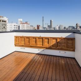 6坪のオアシス〜明るく 機能的で 美しい 超狭小住宅!〜 (眺めがよい屋上の可動式ベンチ その2)