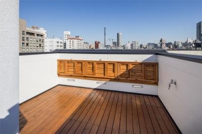眺めがよい屋上の可動式ベンチ その2 (6坪のオアシス〜明るく 機能的で 美しい 超狭小住宅!〜)