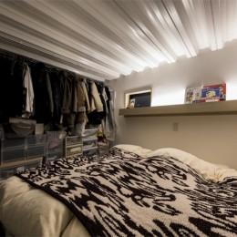 6坪のオアシス〜明るく 機能的で 美しい 超狭小住宅!〜 (ウォークインクローゼットを兼ねた半地下の寝室)