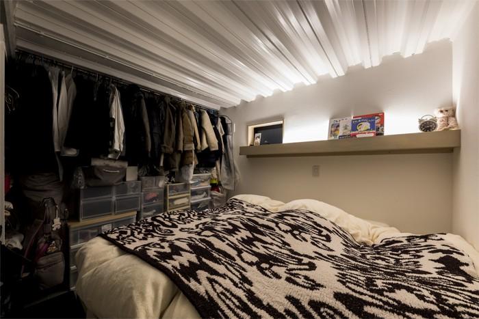 ベッドルーム事例:ウォークインクローゼットを兼ねた半地下の寝室(6坪のオアシス〜明るく 機能的で 美しい 超狭小住宅!〜)