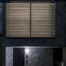 6坪のオアシス〜明るく 機能的で 美しい 超狭小住宅!〜の写真 室内からの間接光が印象的な外観夕景