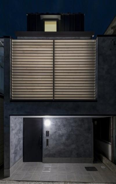 6坪のオアシス〜明るく 機能的で 美しい 超狭小住宅!〜 (室内からの間接光が印象的な外観夕景)