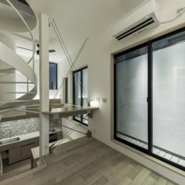 6坪のオアシス〜明るく 機能的で 美しい 超狭小住宅!〜 (防火壁を利用したドッグラン)