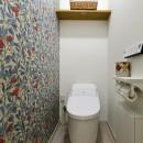 子育てママこだわりのリノベーションの写真 壁紙でアートなトイレに