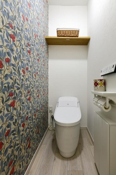 壁紙でアートなトイレに (子育てママこだわりのリノベーション)