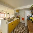 リノベーションで思いどおりの住まいの写真 元気がでるイエローカラーのキッチン