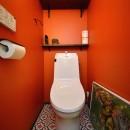 リノベーションで思いどおりの住まいの写真 鮮やかなオレンジカラーのトイレ
