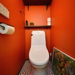 リノベーションで思いどおりの住まい (鮮やかなオレンジカラーのトイレ)