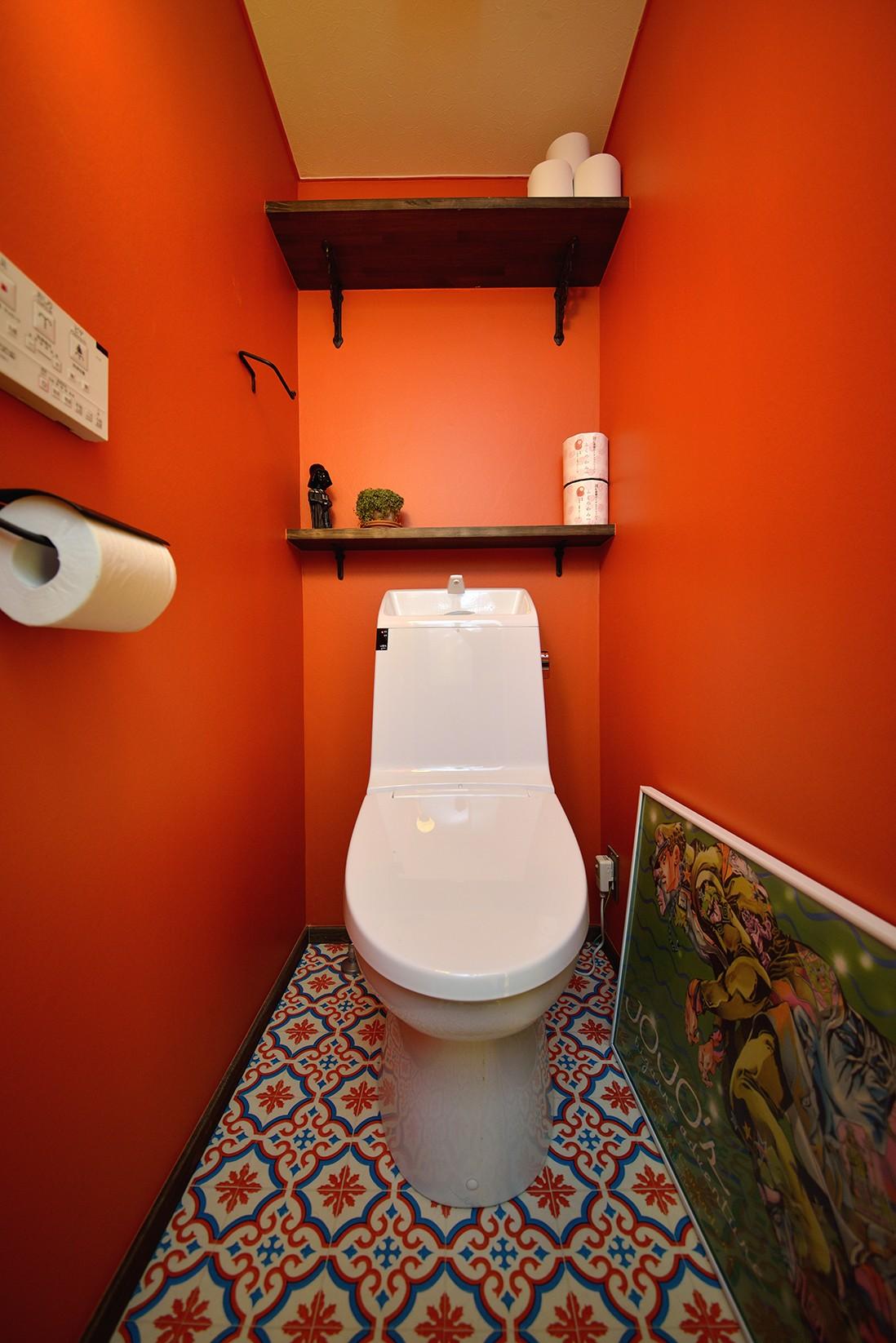 バス/トイレ事例:鮮やかなオレンジカラーのトイレ(リノベーションで思いどおりの住まい)