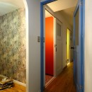 リノベーションで思いどおりの住まいの写真 ひまわりの壁面が印象的な収納スペース