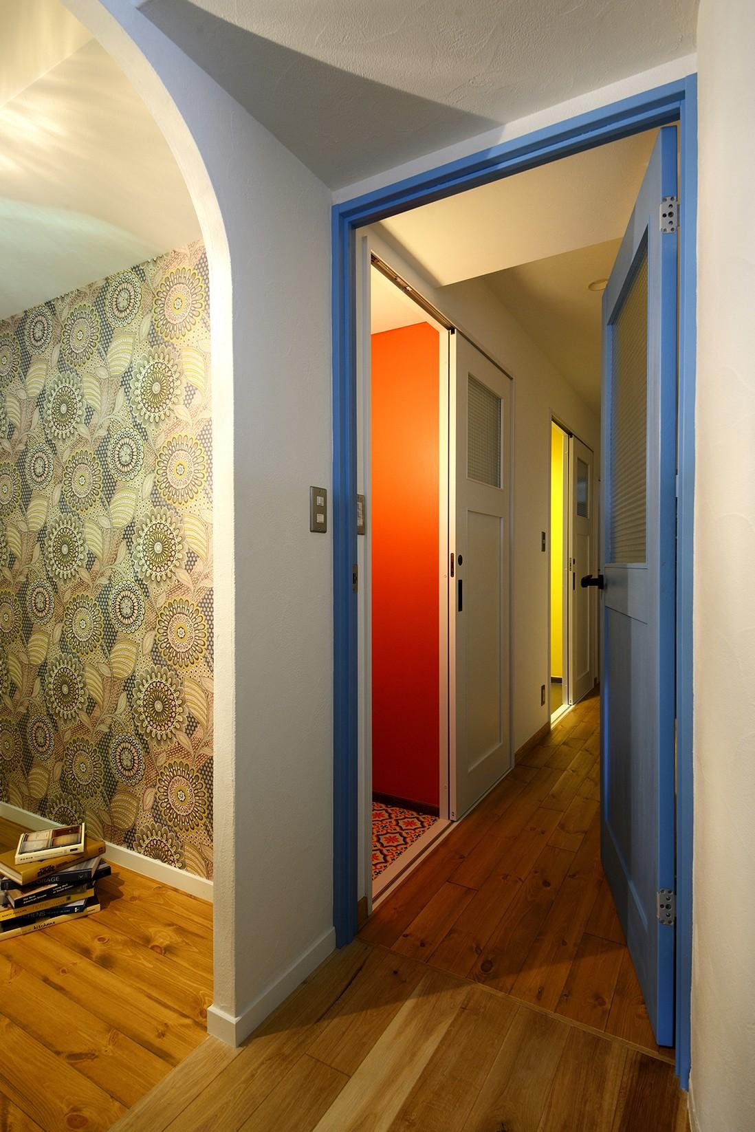 収納事例:ひまわりの壁面が印象的な収納スペース(リノベーションで思いどおりの住まい)
