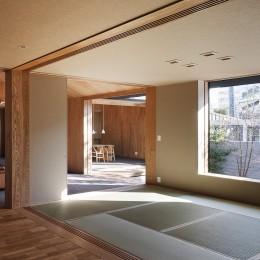 又穂の家 ー交差点に建つお米屋さん併用住宅ー (仏間からダイニングを見る)