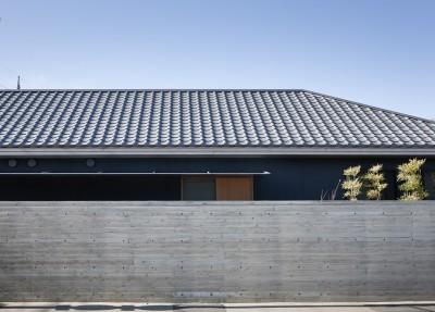 瓦屋根の外観 (又穂の家 ー交差点に建つお米屋さん併用住宅ー)