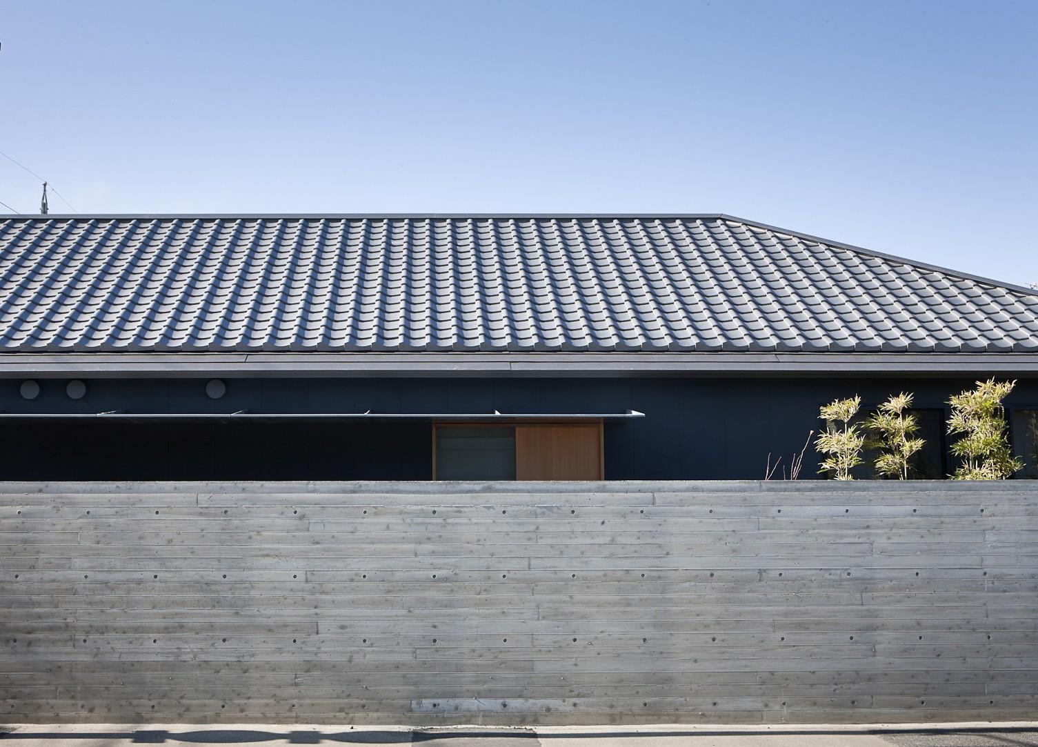 外観事例:瓦屋根の外観(又穂の家 ー交差点に建つお米屋さん併用住宅ー)