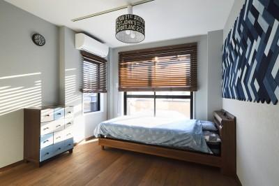 スタイリッシュなベッドルーム (2世帯から1世帯へ リノベーションは大切な想い出とともに)