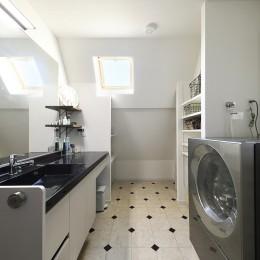 2世帯から1世帯へ リノベーションは大切な想い出とともに (直線ですっきりした印象の洗面室)
