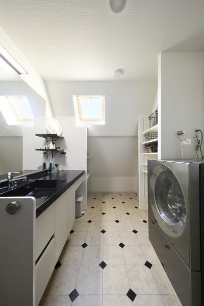 直線ですっきりした印象の洗面室 (2世帯から1世帯へ リノベーションは大切な想い出とともに)
