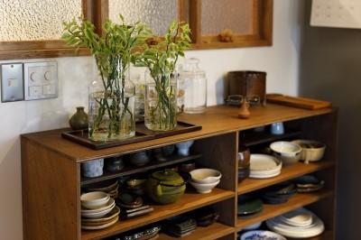 食器棚 (K邸-家は仕事を支える大切な場所。暮らしが心地よいと仕事もうまくいく)