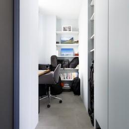 K邸-心地よくて合理的、リノベーションの新しいスタンダードを感じる家 (玄関脇ワークスペース)