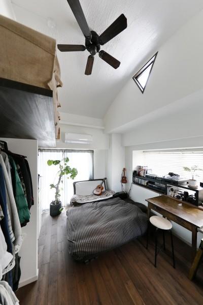爽やかな白でまとめたベッドルーム (「海を感じるリゾート」夢をかなえた住まい)